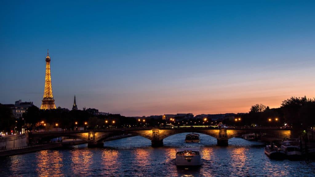 Les dîners de Noël sur les bateaux-mouches à Paris