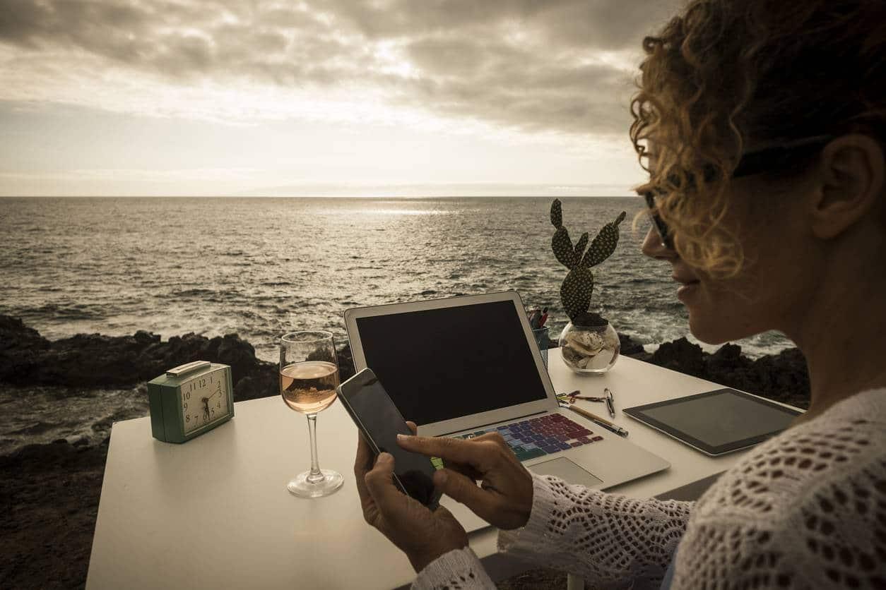 Travailler à la plage, c'est la vie du digital nomade