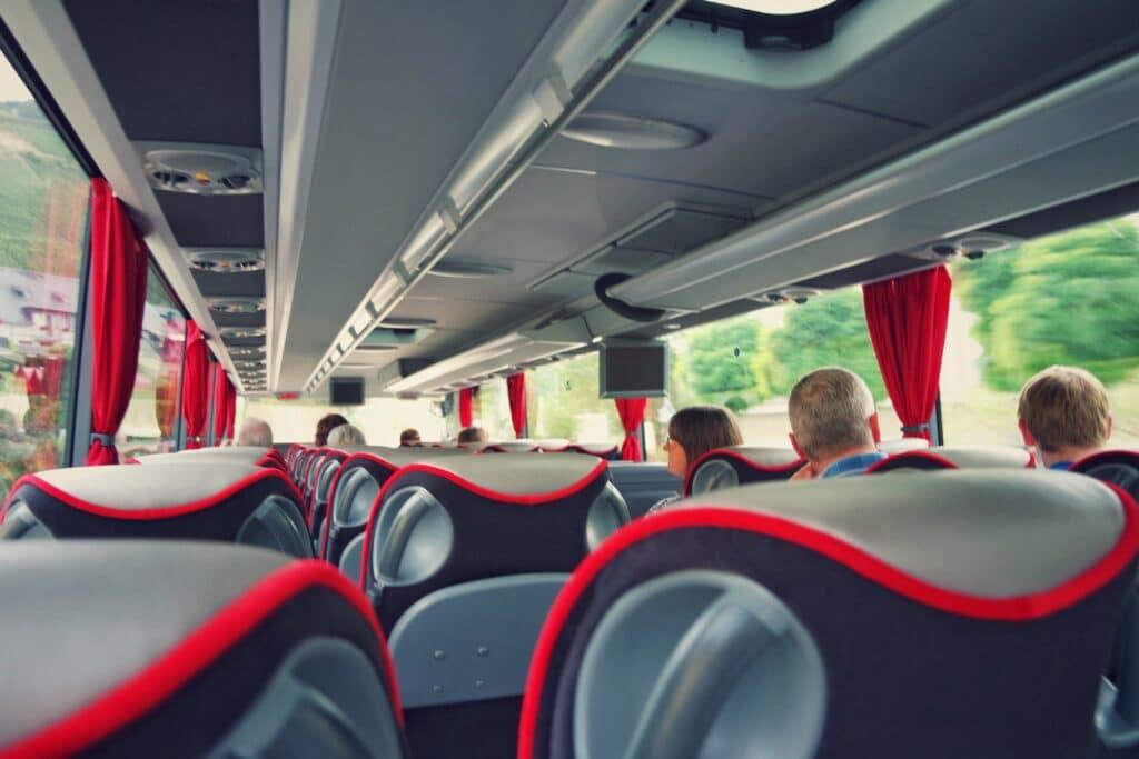 Pourquoi privilégier le bus à l'avion ou au train ?