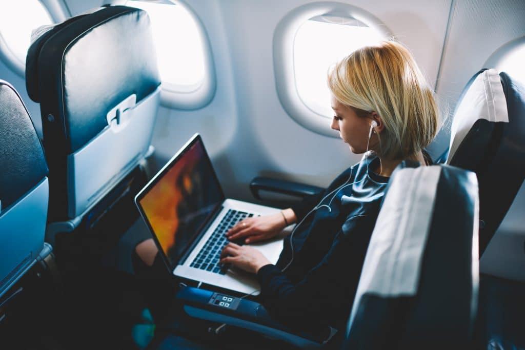 Comment bien supporter un long voyage en avion ?