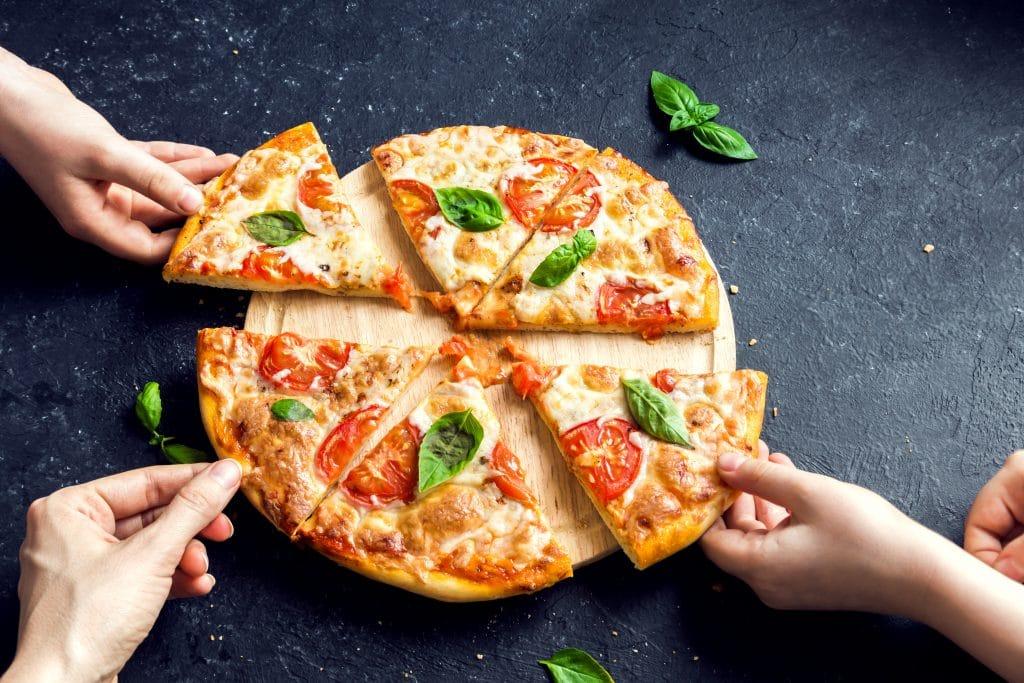 Manger une pizza sur les marches de la fontaine devant le Panthéon