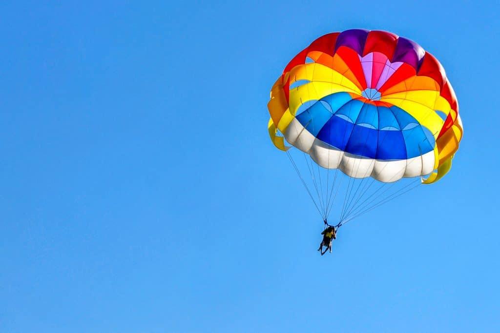 Pourquoi choisir de faire un saut en parachute en Corse ?