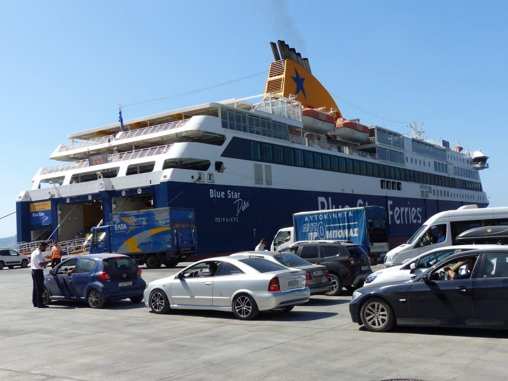 Prendre le ferry pour se rendre à Santorin